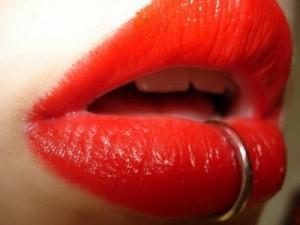 Прокалывания губы для украшения пирсинга губ следует избегать