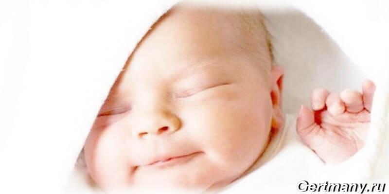Развитие ребенка в первый месяц фото